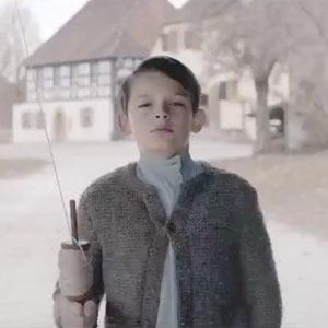Controvertido, pero premiado: el spot de Mercedes que mata a Hitler conquista su primer galardón