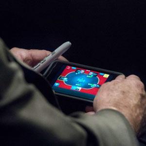 El senador McCain cazado in fraganti jugando al póquer durante una audiencia