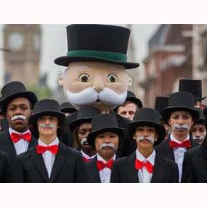 Decenas de Mr. Monopoly conquistan las calles de Londres en busca del tesoro