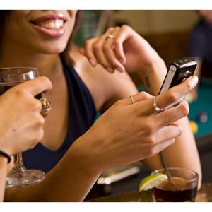 ¿Utilizan más el móvil los solteros?