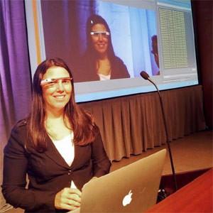 ¿Ha dejado anticuada la tecnología a la ley? Esta mujer, multada por utilizar las Google Glass al volante, cree que sí