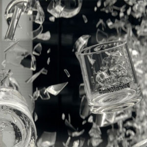 Un impresionante coche de cristal estalla en mil pedazos en la nueva campaña de Johnnie Walker