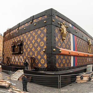 Una maleta gigante de Louis Vuitton toma la Plaza Roja de Moscú y pone de uñas a los rusos