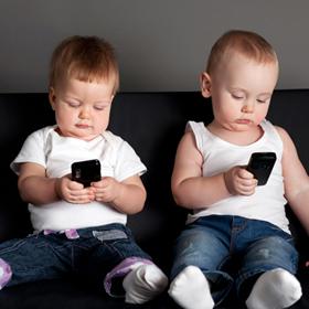 ¿Nacerán los bebés 2.0 con un smartphone bajo el brazo? El 38% de los menores de 2 años ya lo usa