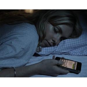 Los fines de semana los españoles estamos pendientes del móvil nada más despertarnos