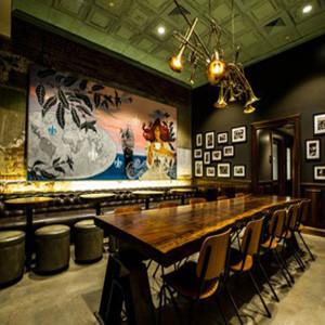 Starbucks abre una cafetería inspirada en un boticario de 1900