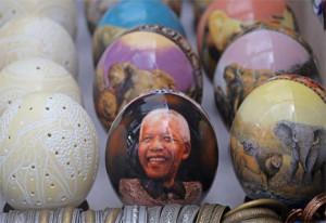 Camisetas, pulseras, huevos de avestruz…: el merchadising en torno a Mandela vive su momento dorado