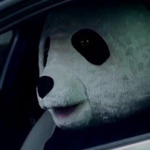 ¿Qué tienen que ver un coche, un oso panda y la hija de Mick Jagger? Descúbralo en este surrealista spot de Mercedes-Benz