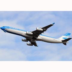 La última campaña de Aerolíneas Argentinas asusta con un vuelo rasante a los bañistas de Mar de Plata