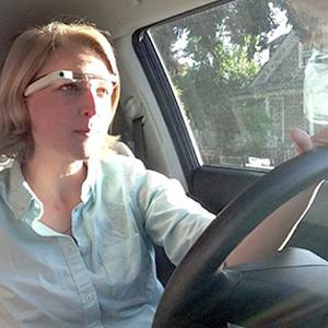 La mujer multada por conducir con las Google Glass se libra de la sanción