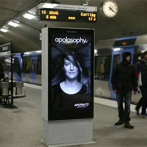 A los modelos de estos anuncios interactivos se les alborota el pelo cuando un tren entra en la estación