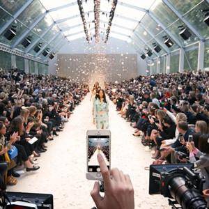 Apple y Burberry se unen para que 14 iPhones graben su desfile de moda