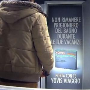 Encerrar a la gente en los baños del aeropuerto, la radical publicidad de este medicamento contra la diarrea