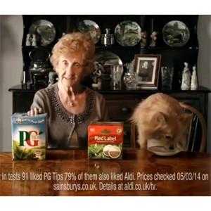 Aldi empareja en un nuevo y estrambótico spot a una abuela fan de la ginebra y a un perro que bebe té