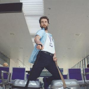 Tras ver este marchoso spot de Cadbury, le costará mantener a raya sus caderas en el aeropuerto