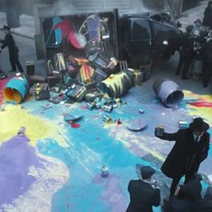 Esta estilosa campaña nos enseña a liberarnos de la tiranía del gris en un mundo donde el color está prohibido