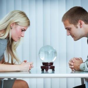 Mirando nuestro futuro laboral en la bola de cristal: así trabajaremos en 2024