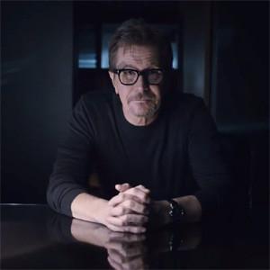 Gary Oldman pone rostro al nuevo HTC One en una extravagante campaña con mucho