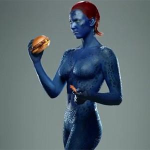 La sexy Mística de X-Men abandona en un spot sus curvas femeninas para engullir una hamburguesa muy