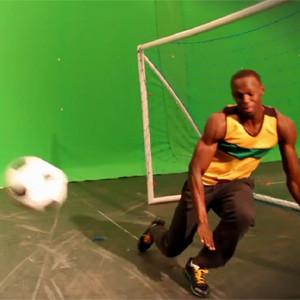 Usain Bolt demuestra en una campaña para Visa que también se le da a las mil maravillas chutar el balón