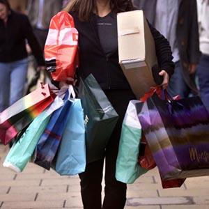 de compras con una mujer
