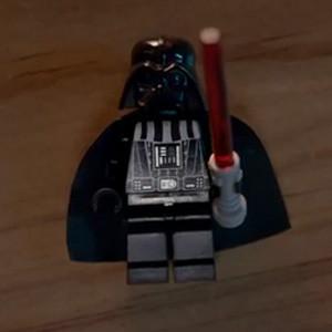 LEGO demuestra con mucha gracia en un nuevo spot que sus figuritas son pequeñas pero