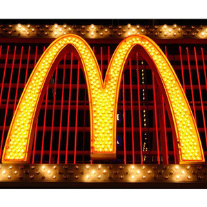 McDonald's quiere que abuelos y nietos trabajen codo a codo en sus restaurantes