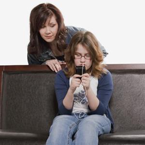 Los adolescentes, siete veces más propensos a aceptar a su madre que a su padre como amigo en las RRSS