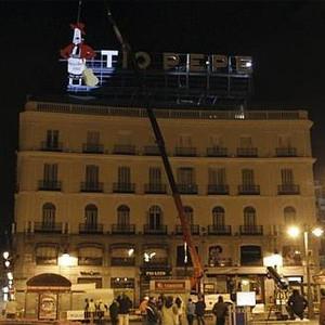 El legendario cartel de Tío Pepe regresa por fin a su casa en la madrileña Puerta del Sol