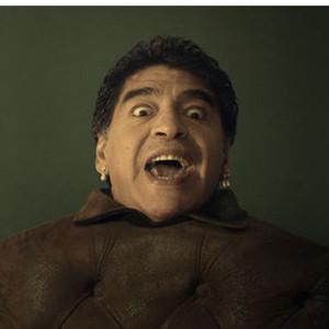 Maradona se convierte en sillón para molestar a los aficionados de Brasil en un divertido spot