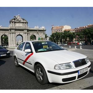 Un-taxi-de-Madrid-en-pleno-cen_54210008923_53389389549_600_396