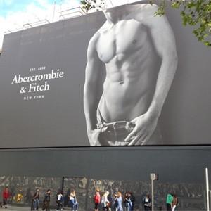 Abercrombie & Fitch promete curarse de su adicción a los abdominales en la publicidad