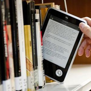 Los libros en papel no tocan fondo y siguen como claros favoritos frente a los ebooks