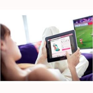 Comer, entrar en redes sociales y comprar en la web, las actividades preferidas durante el fútbol