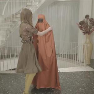Una marca de ropa provoca con un spot en el que asegura que los burkas son para esconder al marido