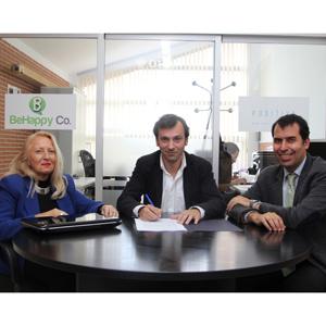 Foto firma convenio PuedesMásMarketing y UFV copia