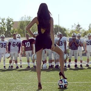 Adriana Lima usa sus curvas como imán para convertir a los hombres en fervientes futboleros en un spot de Kia