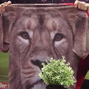 Adidas toma el pelo al entrenador y a los jugadores del Ajax con camisetas de lo más estrambóticas