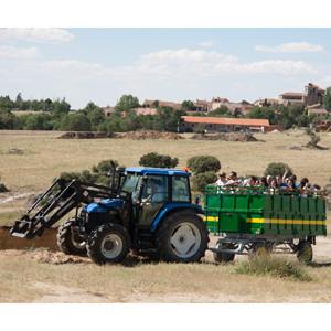 Cientos de personas celebran en una aldea de Segovia los premios El Cencerro de publicidad rural