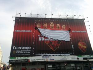 Cruzcampo anima a la Selección Española desde Madrid con una lona interactiva y el hashtag #AsíLateEspaña