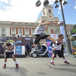 Decathlon y Kipsta convierten la Puerta del Sol en una cancha de Baloncesto
