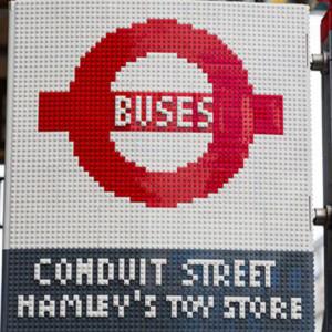 Lego crea una parada de autobús para celebrar el bicentenario del transporte público en Londres