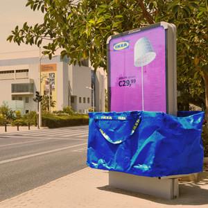 Ymedia embolsa el mobiliario urbano en una impactante acción de exterior para IKEA