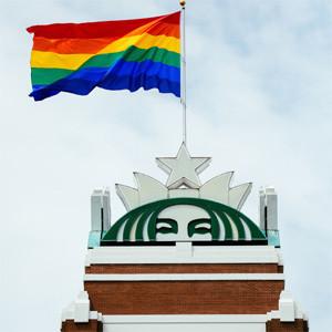 Starbucks iza con orgullo la bandera gay en su sede central en Seattle