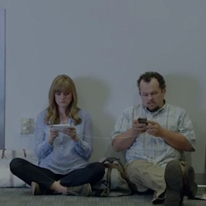 Galaxy-S5-Ad-Wall-Huggers-iPhone-battery-life-4