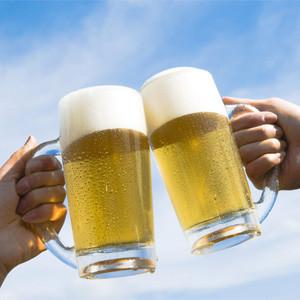 Relájese con una cerveza mientras su smartphone prepara el siguiente lote de bebidas