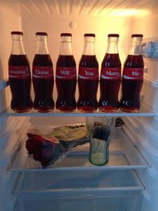 Una proposición de matrimonio con botellas de Coca-Cola arrasa en Facebook con 1,1 millones de