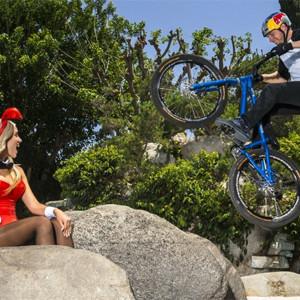 Danny MacAskill y su bici se cuelan en la mansión Playboy en un anuncio de Red Bull