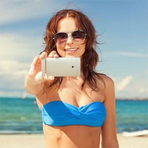 Es verano y luce el sol, pero las mujeres no se toman vacaciones de sus dispositivos móviles