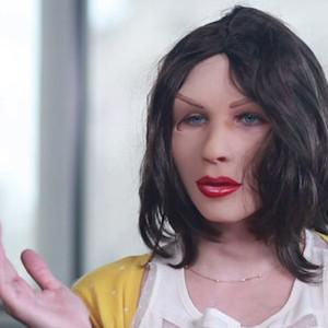 Según esta loca parodia de los anuncios de cosmética, una máscara de goma basta para ser una mujer 10